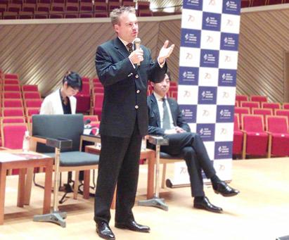 東京交響楽団記者会見、ジョナサン・ノット音楽監督の契約を2026年3月まで延長